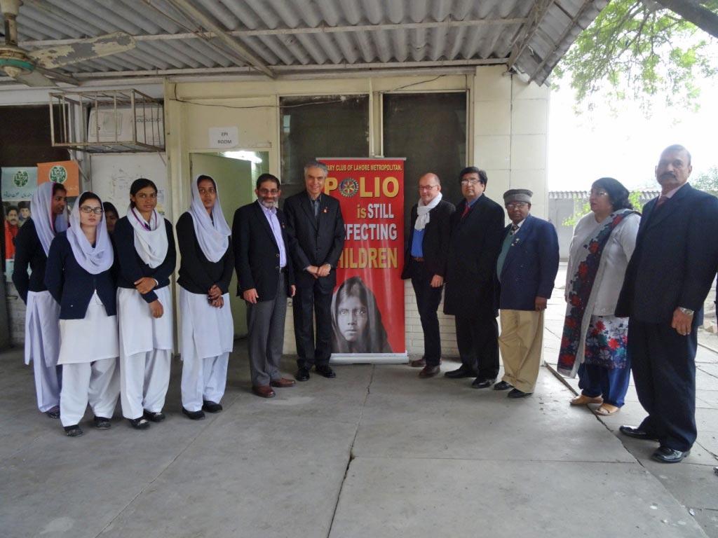 L'hôpital UCH avec l'équipe qui gère le centre de vaccination, le Chairman Polio+, des rotariens de Lahore.