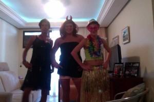 Deux de mes amis et moi déguisés en fille juste avant de sortir pour le carnaval